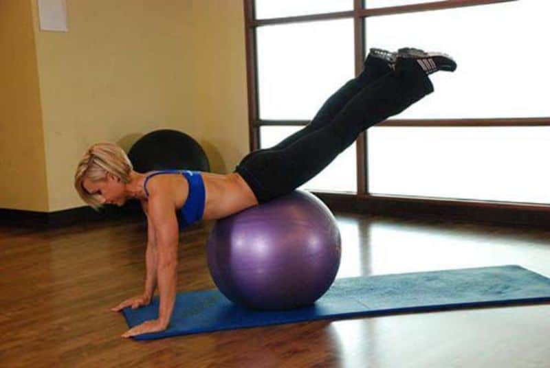 Downward Facing Balance là bài tập mông kết hợp với bóng tập