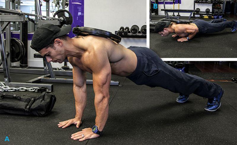 Bài tập hít đất tạ nặng sẽ giúp ép các cơ ngực hoạt động mạnh mẽ hơn