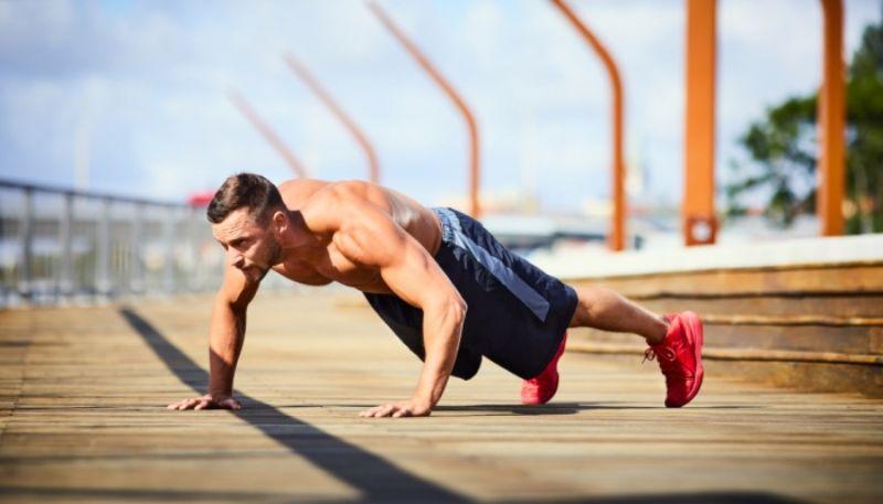 Bài tập hít đất bắn cung tốt cho cơ vùng ngực, cơ tam đầu, cơ bụng và hai vai