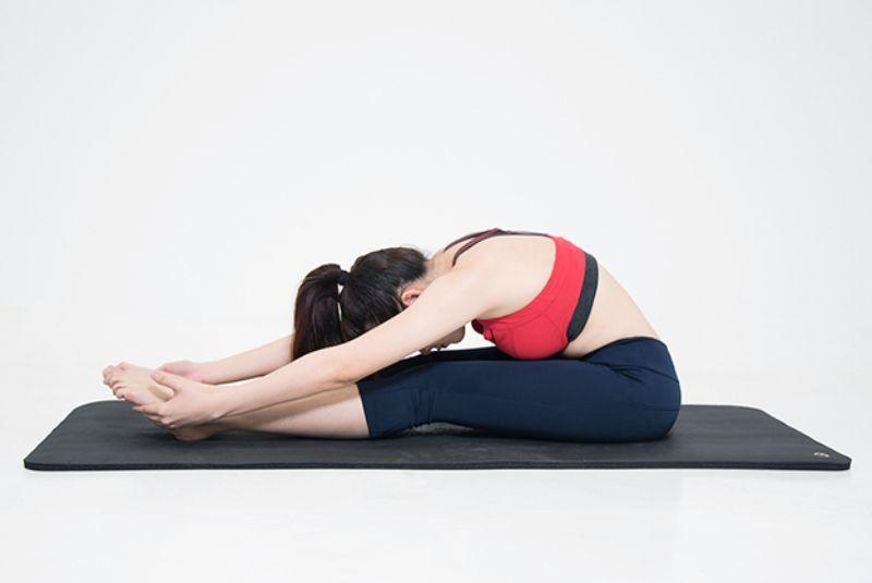 Ngồi gập người tới trước là bài tập giúp tăng cường sự dẻo dai cho lưng sống