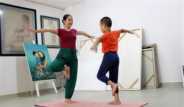 Chị Đỗ Quyên và con trai đang tập Yoga cùng nhau